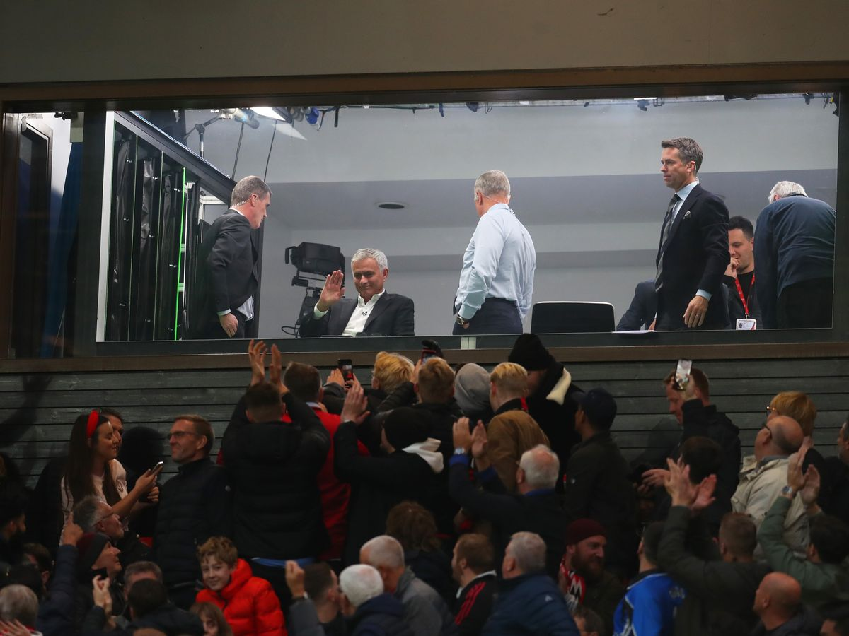 Jose Mourinho gestures to Man Utd fans at Old Trafford after they sing his name - Bóng Đá