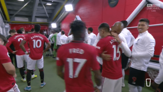 Roy Keane 'disgusted' as Manchester United players hug Liverpool rivals in Old Trafford tunnel - Bóng Đá