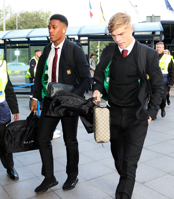 Ảnh Man Utd lên máy bay sang Partizan Belgrade - Bóng Đá