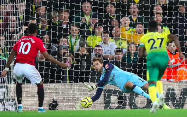 Ole Gunnar Solskjaer pins blame on one player for Manchester United's two penalty misses against Norwich - Bóng Đá