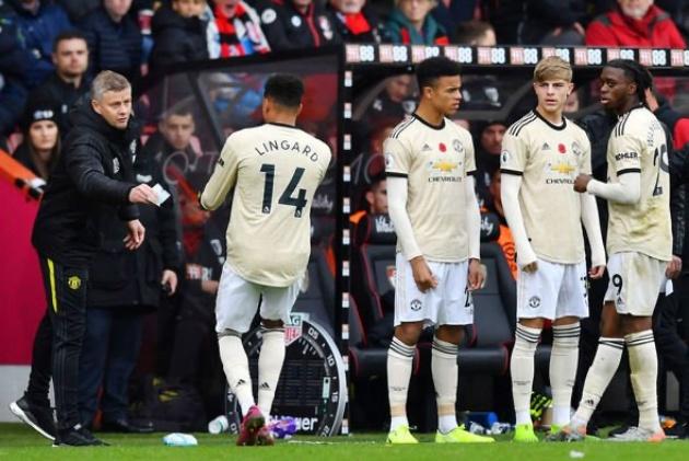 Man Utd ace Jesse Lingard looks baffled by Ole Gunnar Solskjaer's instructions - Bóng Đá