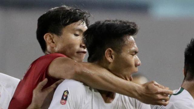 Vì sao Văn Hậu không bị phạt thẻ dù kẹp cổ cầu thủ U22 Indonesia? - Bóng Đá