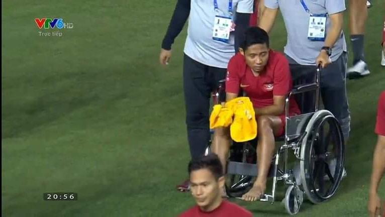Evan Dimas phải ngồi xe lăn - Bóng Đá
