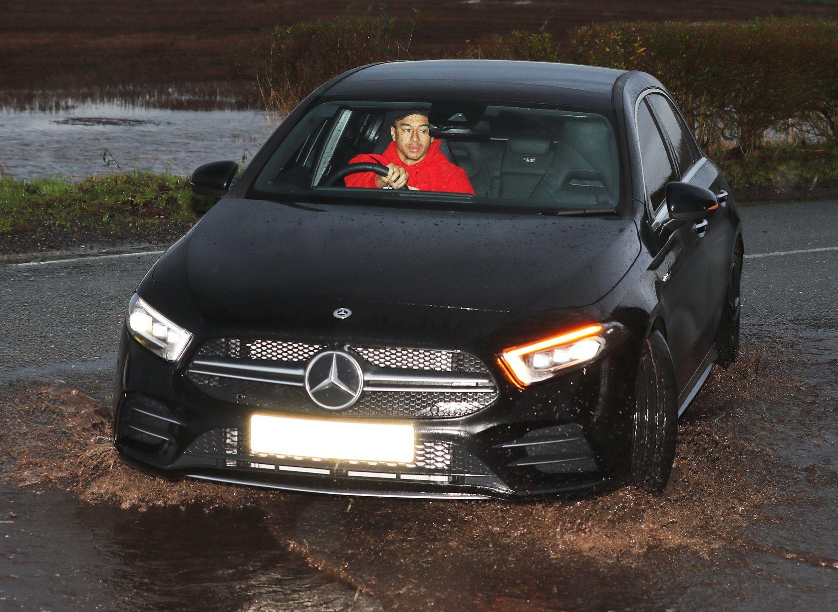 Ảnh Man Utd tới sân tập ngập lụt - Bóng Đá