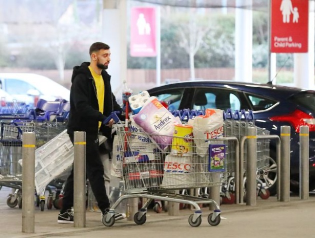 Man Utd star Bruno Fernandes pictured shopping at Tesco with his wife - Bóng Đá