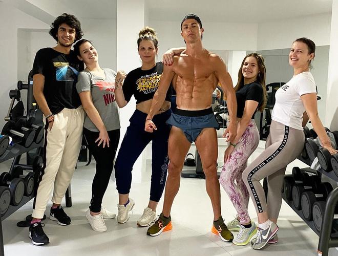 Ronaldo khoe cơ bụng 6 múi khi tập gym cùng gia đình - Bóng Đá