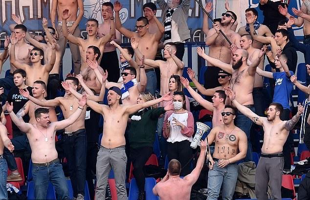 Quá điên rồ! Bóng đá vẫn diễn ra, CĐV cởi trần, bắt tay giữa lòng dịch châu Âu - Bóng Đá