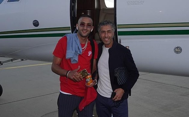 Hakim Ziyech jumps on a private jet with his entourage as he heads for the UK ahead of joining up with Chelsea - Bóng Đá