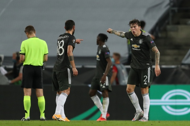 Victor Lindelof appears to call Bruno Fernandes a 'son of a b****' as Manchester United crash out of Europa League with defeat to Sevilla - Bóng Đá