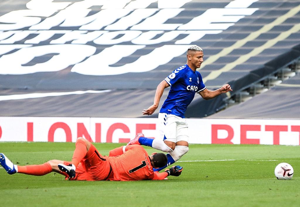 CHOÁNG! Richarlison lừa bóng qua thủ môn Tottenham, rồi sút trượt khung thành trống - Bóng Đá