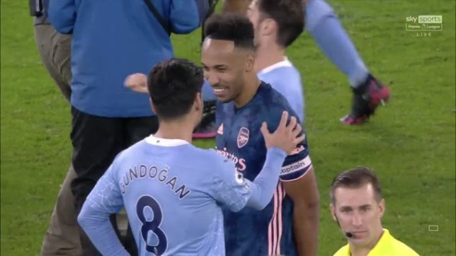 Arsenal fans angry with Pierre-Emerick Aubameyang laughing with Ilkay Gundogan after Manchester City defeat - Bóng Đá