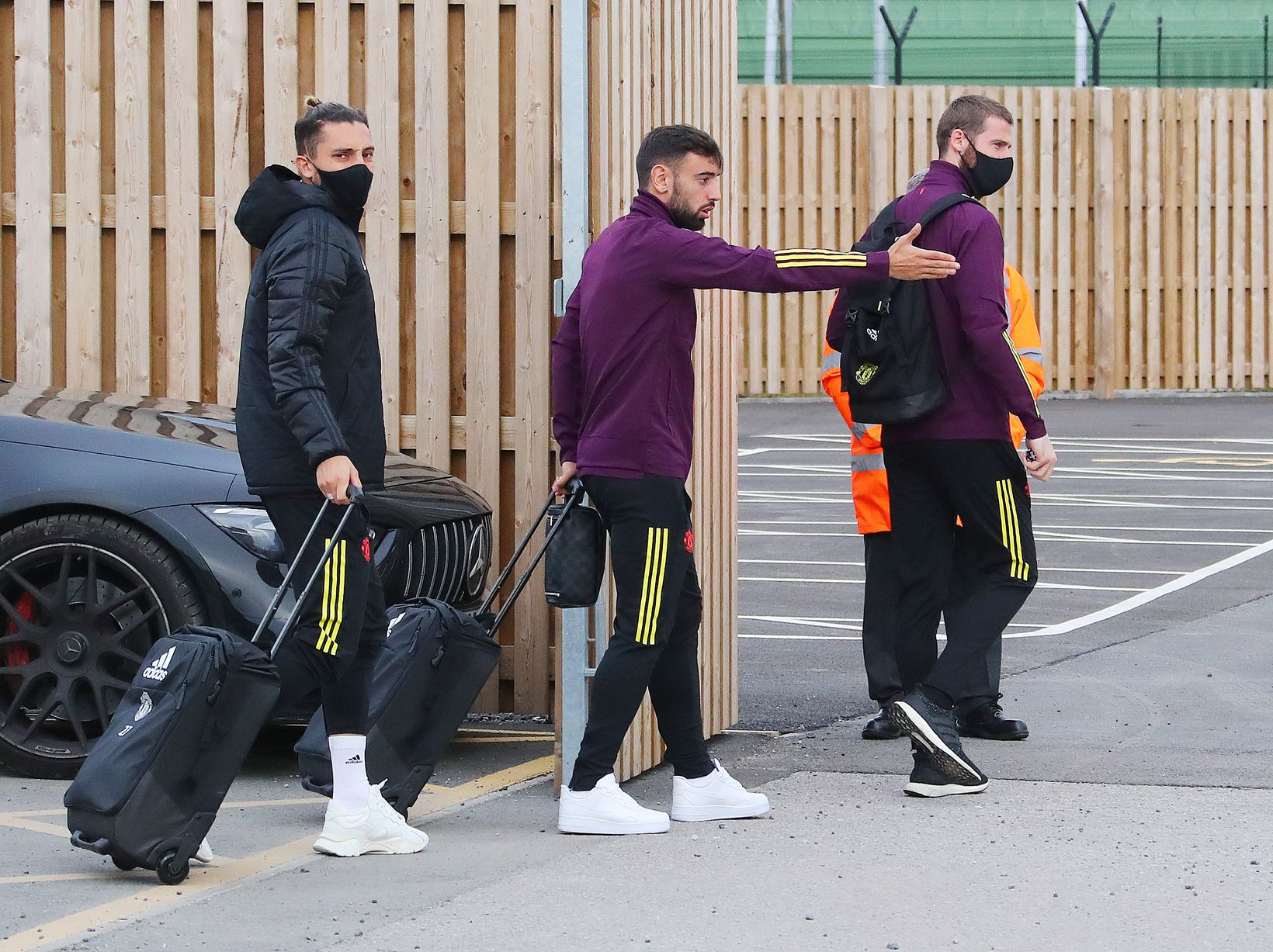 Manchester United leave Harry Maguire and Edinson Cavani AT HOME as they fly to Paris  - Bóng Đá