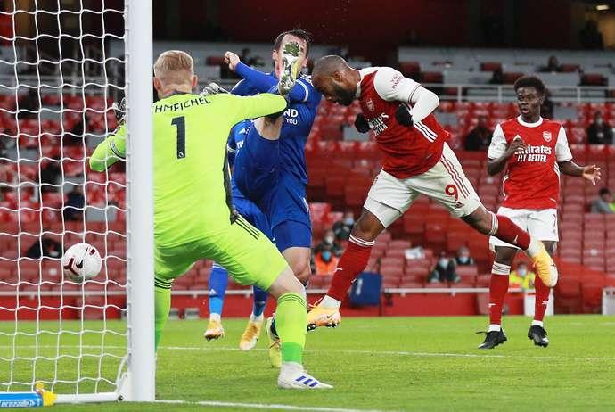 Arsenal 0-1 Leicester: Alexandre Lacazette slammed by fans after missing sitter in PL loss - Bóng Đá