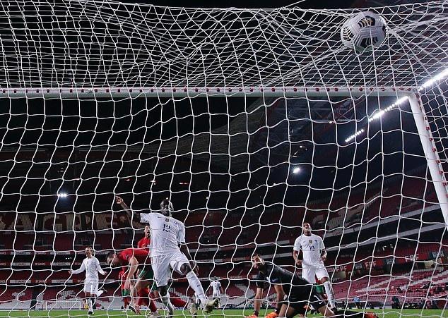 Sau giờ nghỉ, giữa lúc Bồ Đào Nha đang nỗ lực tấn công thì họ bất ngờ nhận bàn thua. Phút 53, Griezmann chuyền bóng tinh tế để Rabiot sút chìm từ cánh trái khiến Rui Patricio không thể bắt dính bóng. Và chỉ chờ có thế, N'Golo Kante có mặt đúng lúc để đá bồi mở tỷ số cho tuyển Pháp.