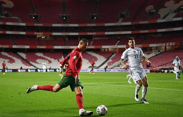 Trong khi đó, Bồ Đào Nha ra sân với nhiều hảo thủ tấn công như Cristiano Ronaldo, Joao Felix, Bernardo Silva hay Bruno Fernandes. Ngay từ những phút đầu trận, đội chủ nhà đã sớm dâng lên ép sân đối thủ.