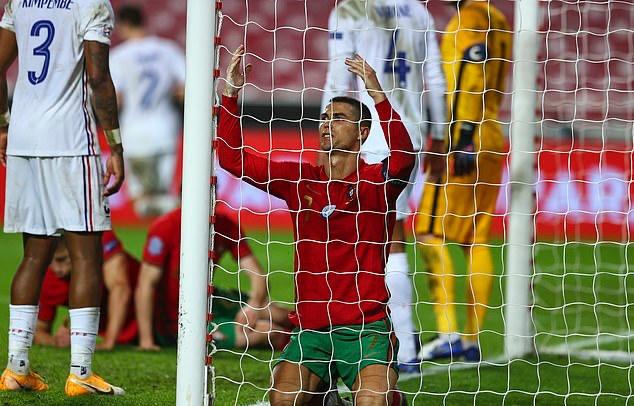 Bồ Đào Nha với sự cơ động của Ronaldo liên tục đặt hàng thủ Pháp vào thế chống đỡ vất vả. Dù vậy, họ kém may mắn một chút để có bàn thắng. Đáng tiếc nhất là cú đánh đầu dứt điểm của Jose Fonte đã đưa bóng dội trúng cột dọc khung thành của đội khách.