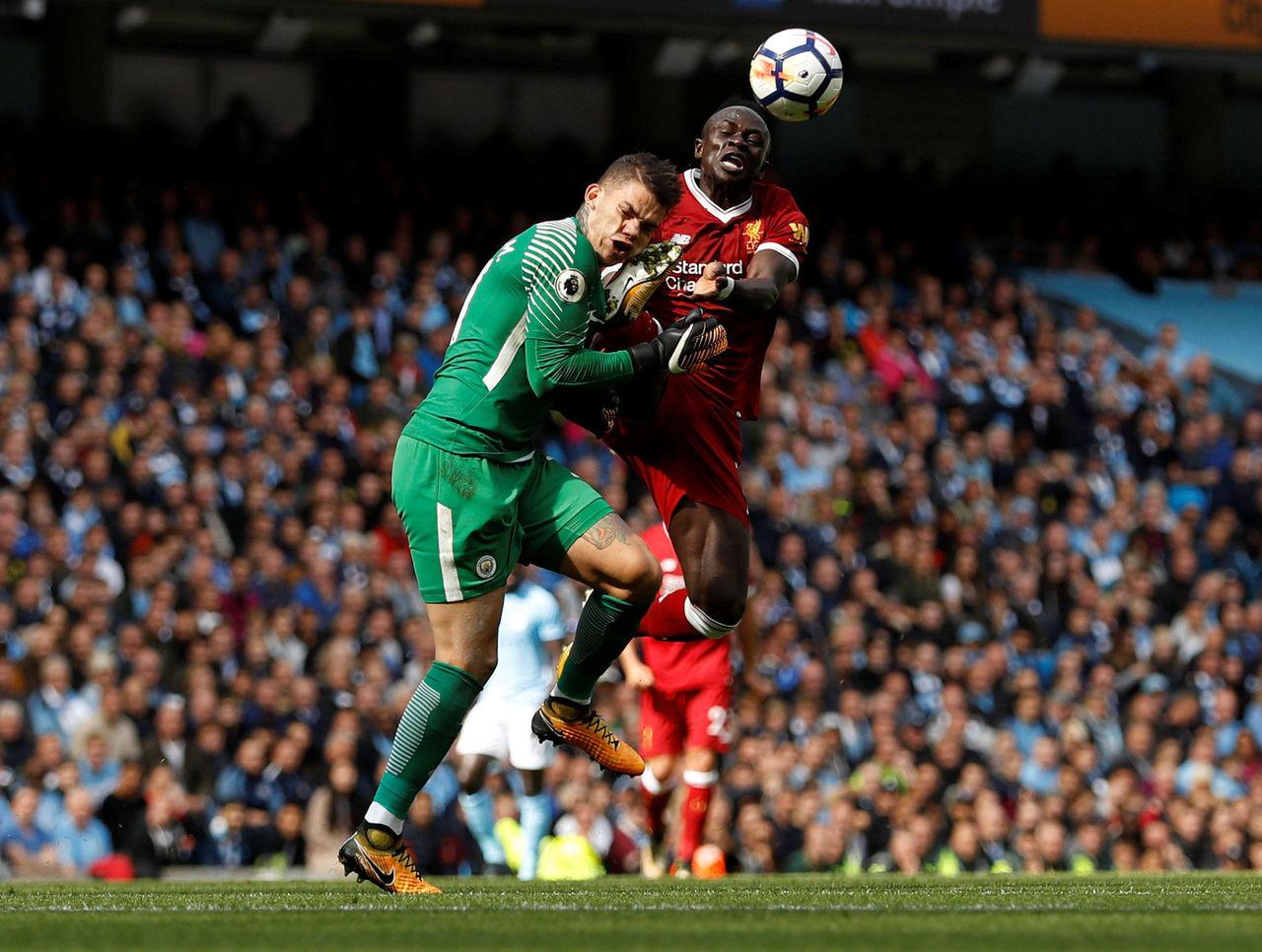 CẬN CẢNH pha ra chân thô bạo của Mane khiến thủ môn Ederson bất tỉnh - Bóng Đá