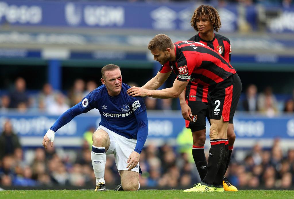 Dính cùi chỏ, Rooney thi đấu với gương mặt sưng húp, bê bết máu - Bóng Đá