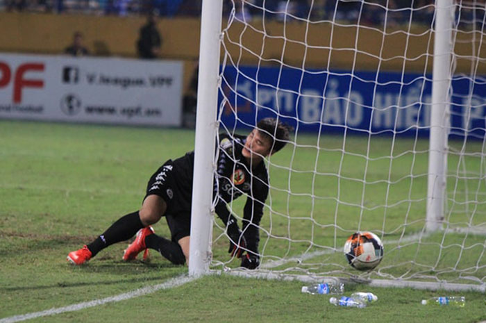 Lọt lưới 8 bàn sau 3 trận: Báo động đỏ cho Nhà vua V-League - Bóng Đá