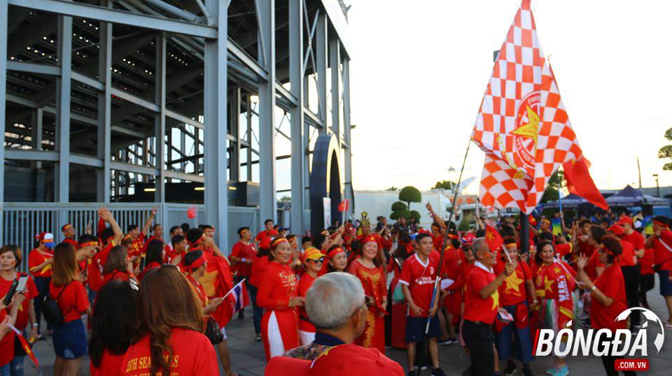 CĐV nhuộm đỏ Chang Arena, sẵn sàng tiếp lửa ĐT Việt Nam - Bóng Đá