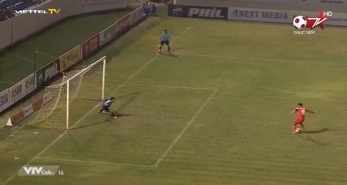 Sau bàn thua oản của HAGL, trọng tài V-League cũng phạm sai lầm ở sân Hoà Xuân - Bóng Đá