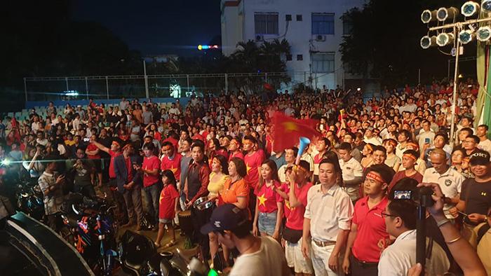 CĐV Việt Nam nhuộm đỏ phố phường, tiếp lửa từ xa cho ĐT Việt Nam - Bóng Đá