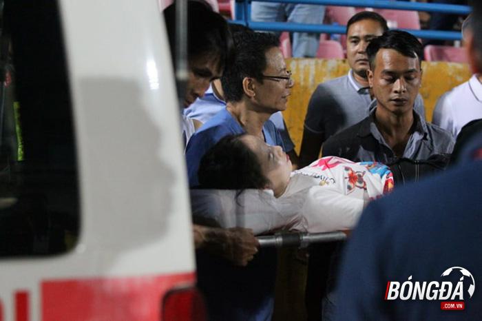 CĐV Nam Định đốt pháo sáng, 1 CĐV nữ Hà Nội nhập viện ngay lập tức - Bóng Đá