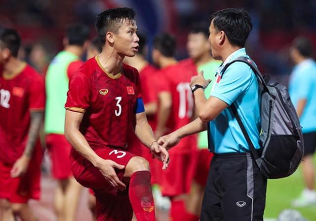 HLV Park Hang-seo nhận tin không vui từ thủ lĩnh hàng thủ ĐT Việt Nam - Bóng Đá