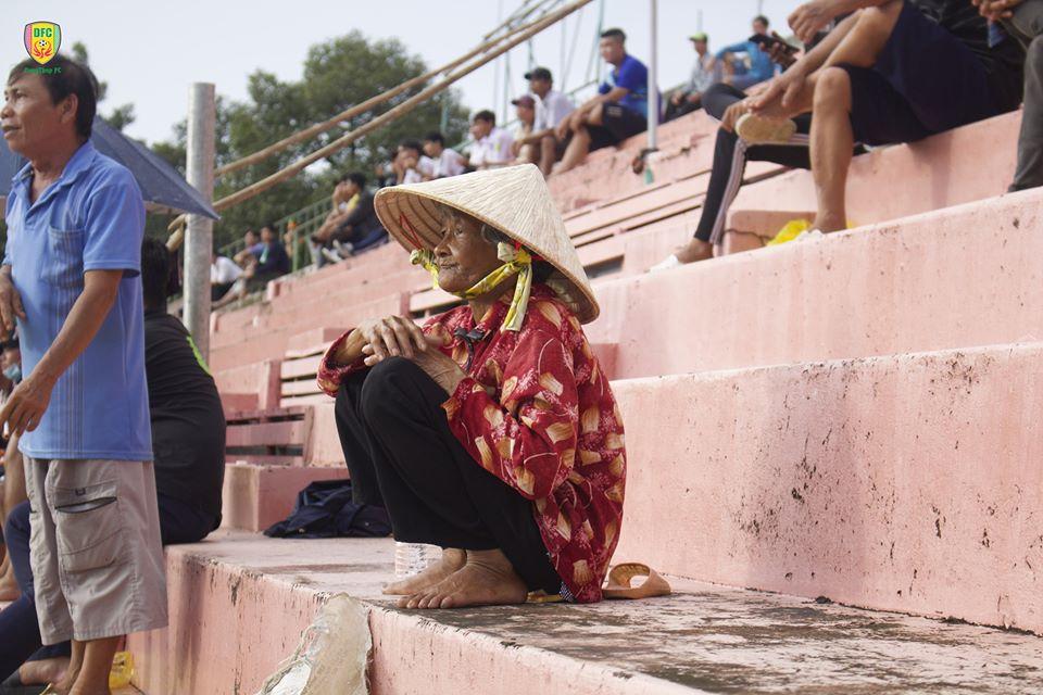 Cựu thủ môn ĐT Việt Nam thực hiện nghĩa cử với CĐV