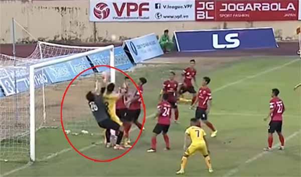 Pha bóng gây tranh cãi dẫn đến bàn thắng của Sanna Khánh Hoà trong trận gặp Long An.