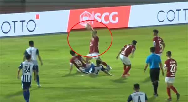 """Pha """"đỡ"""" bóng bằng tay lộ liễu của Thành Lộc nhưng Phố Hiến không phải chịu 1 quả penalty."""