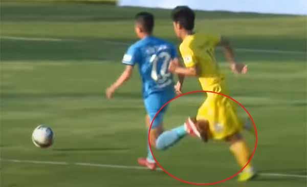 Pha vấp chân của Văn Trung mang về quả penalty cho Phố Hiến trong trận đấu gặp XSKT Cần Thơ.