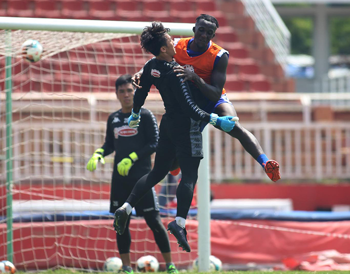 HLV Chung Hae-soung vất vả, cầm tay chỉ việc cho các cầu thủ CLB TP.HCM - Bóng Đá