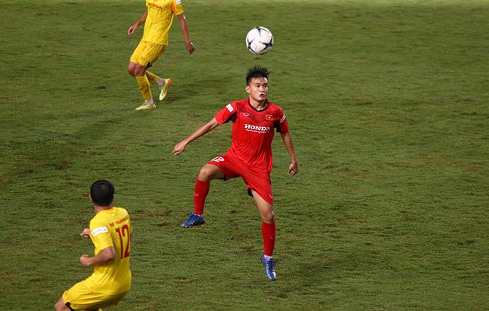 Sao trẻ CLB Long An ghi bàn trong trận đấu nội bộ U22 Việt Nam - Bóng Đá