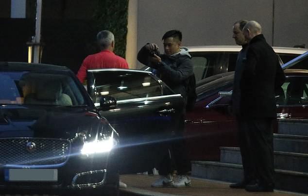 Mourinho mặt tối sầm, ủ rũ khi đến phòng họp báo của Man Utd - Bóng Đá