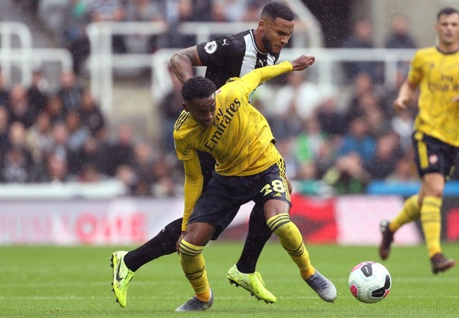 Joe Willock reacts to Unai Emery celebrating his tackle in Arsenal's win over Newcastle United - Bóng Đá