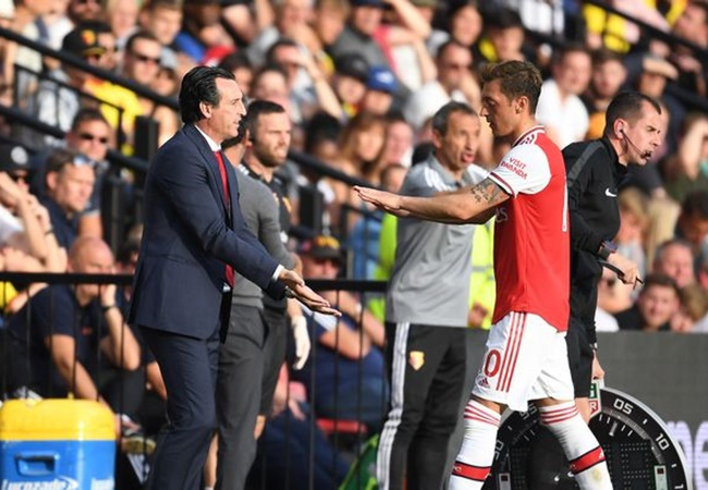 Raul Sanllehi backs Unai Emery decision to axe Mesut Ozil from Arsenal squad - Bóng Đá