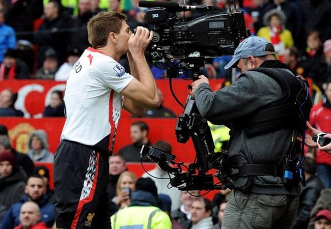 10 hình ảnh ấn tượng nhất lịch sử cặp trận M.U - Liverpool: 'Mr. Camera'; 'Đóa hồng' rực sáng - Bóng Đá