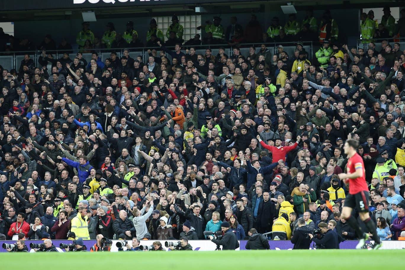 10 hình ảnh ấn tượng ở derby Manchester: 'Ác mộng' VAR; Pep lo sợ - Bóng Đá
