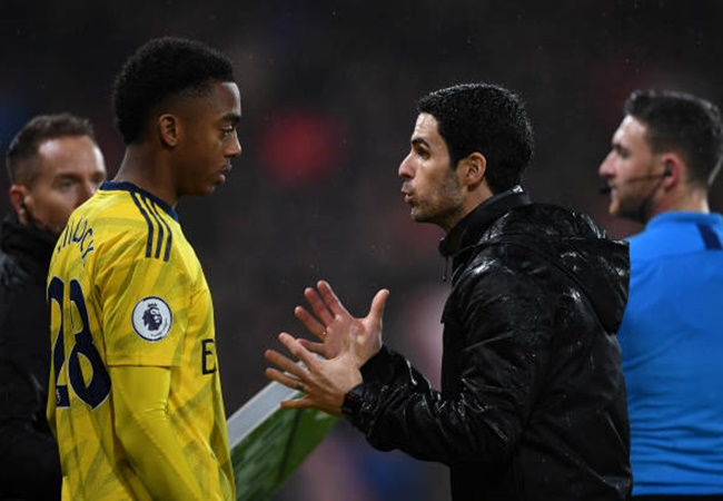 Joe Willock takes dig at Unai Emery's tactics and hails Mikel Arteta's impact at Arsenal - Bóng Đá