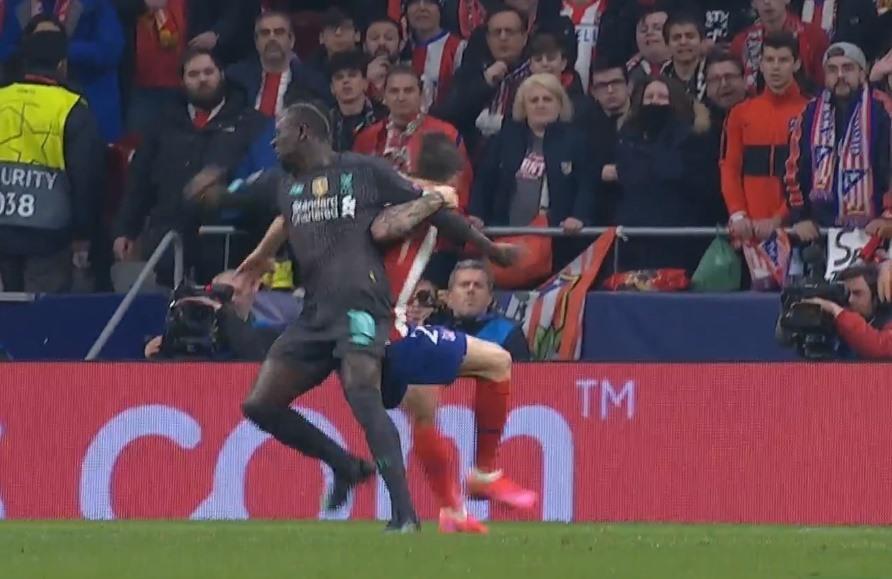 Sau Salah, đến lượt Mane nếm mùi 'khóa tay kiểu Ramos' - Bóng Đá