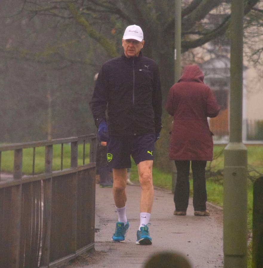 mage: Former Arsenal manager Arsène Wenger spotted on for a walk wearing Arsenal shorts in London this morning - Bóng Đá