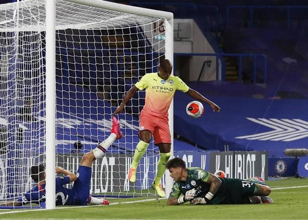 """Tuy nhiên, thảm họa ập đến với """"Man Xanh"""" ở phút thứ 77. Sau một pha bóng lộn xộn, Fernandinho đã cố tình dùng tay để ngăn chặn tình huống ghi bàn của Chelsea."""