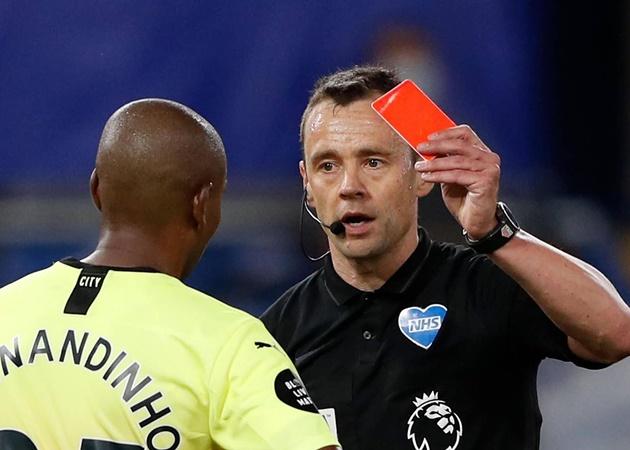 Ngay lập tức, anh phải nhận một chiếc thẻ đỏ trực tiếp từ trọng tài chính Stuart Attwell, kèm theo đó là một quả phạt đền cho CLB Tây London.