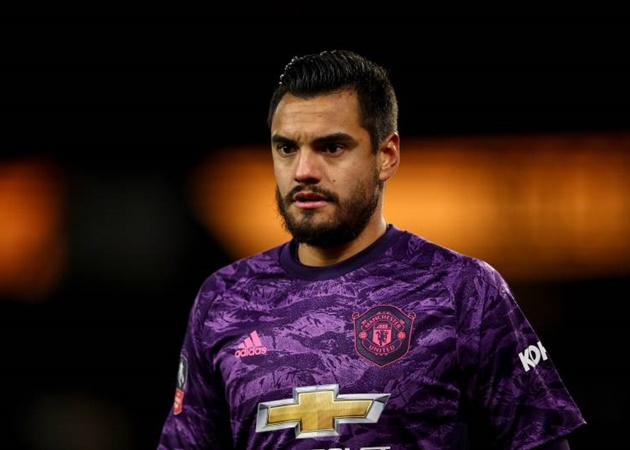 Everton boss Carlo Ancelotti 'eyeing move for Manchester United's Sergio Romero' as he wants to provide competition for Jordan Pickford - Bóng Đá