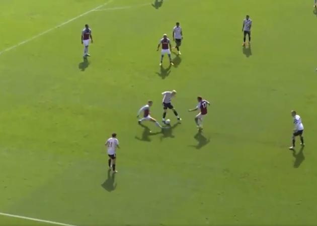 Van de Beek xử lý như Zidane trước hai cầu thủ Villa - Bóng Đá