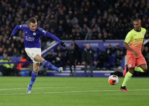 7. Jamie Vardy đã ghi 5 bàn và có 1 pha kiến tạo trong 8 lần gần nhất ra sân đối đầu với Manchester City. Anh là cầu thủ đầu tiên lập hat-trick vào lưới một đội do HLV Pep Guardiola dẫn dắt (Ngày 11/12/2016, Leicester City thắng Manchester City 4-2).
