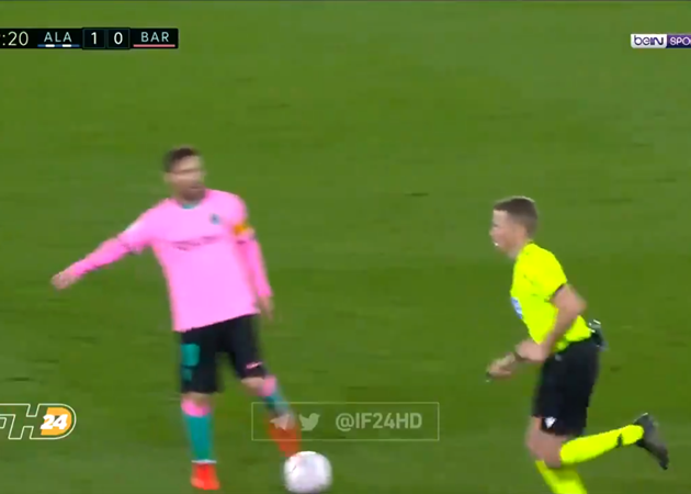 Lionel Messi boots ball towards referee during Alaves vs Barcelona - Bóng Đá