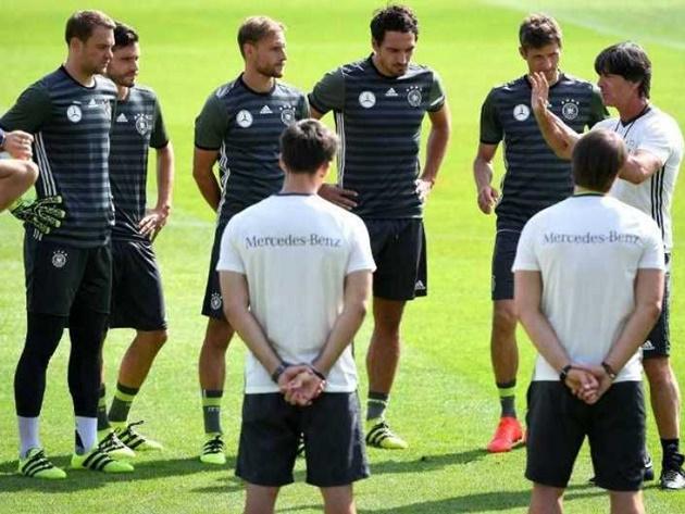 Neuer ra sân trong trận giao hữu với Áo - Bóng Đá