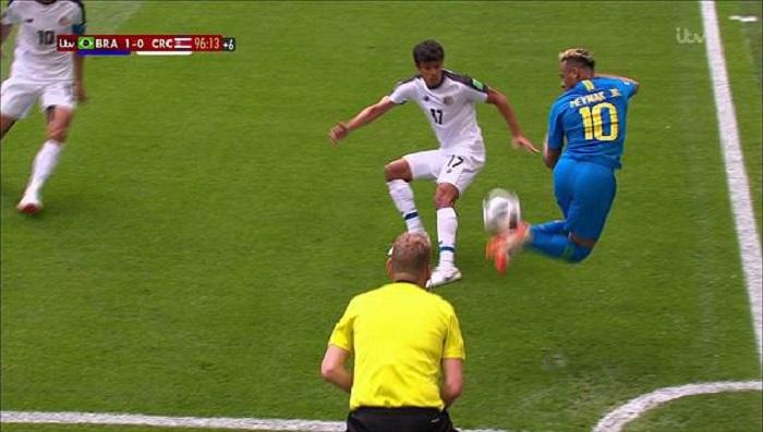 Neymar giỡn mặt đối thủ với pha gắp bóng cầu vồng - Bóng Đá